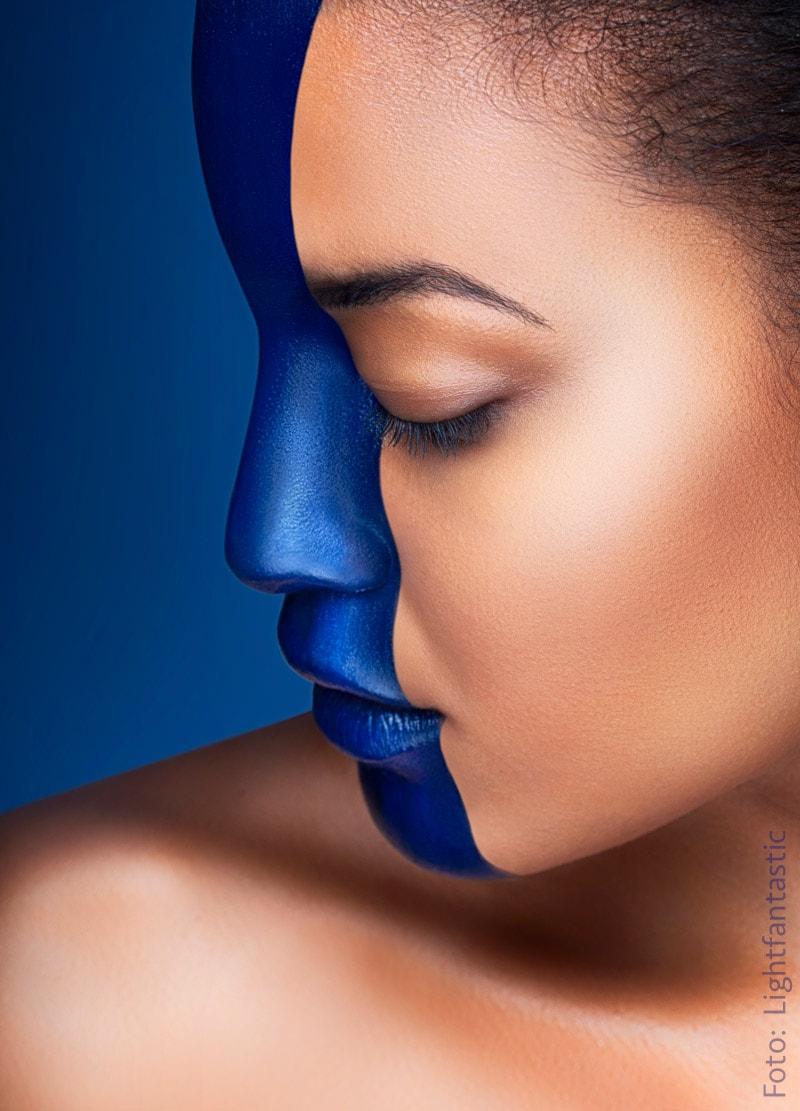 Gesicht mit Bodypainting blauer Strich