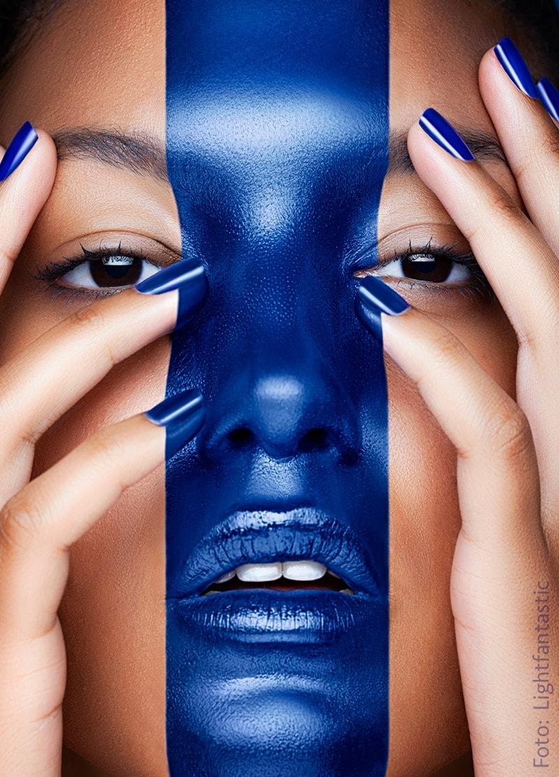 Frau mit blauem Strich durchs Gesicht