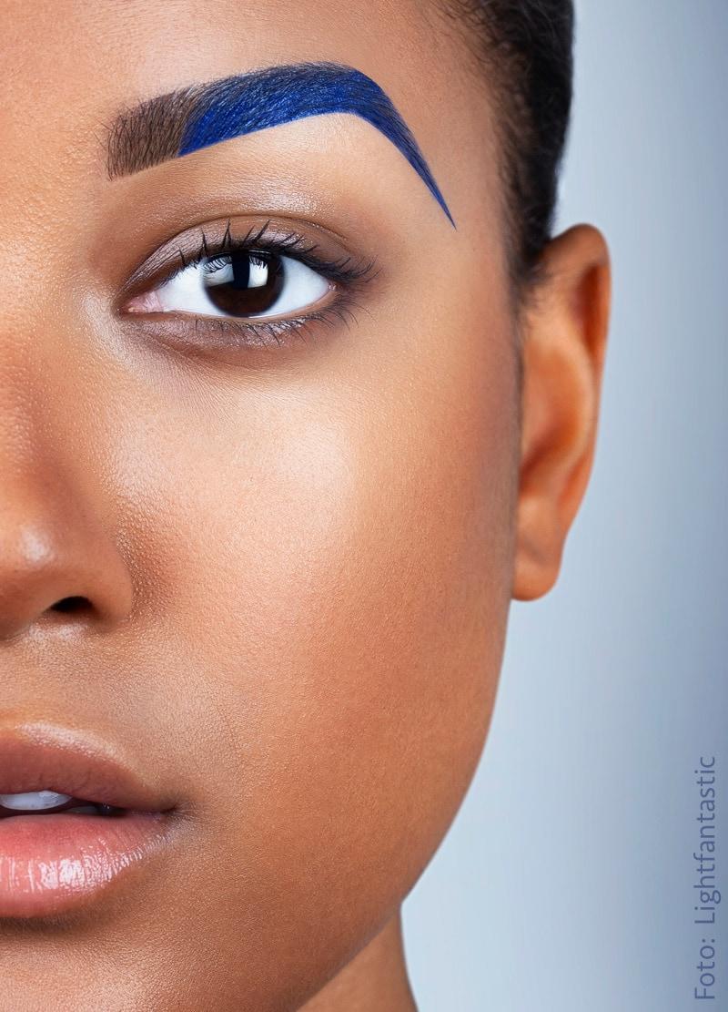 Gesicht mit Bodypainting blaue Augenbraue