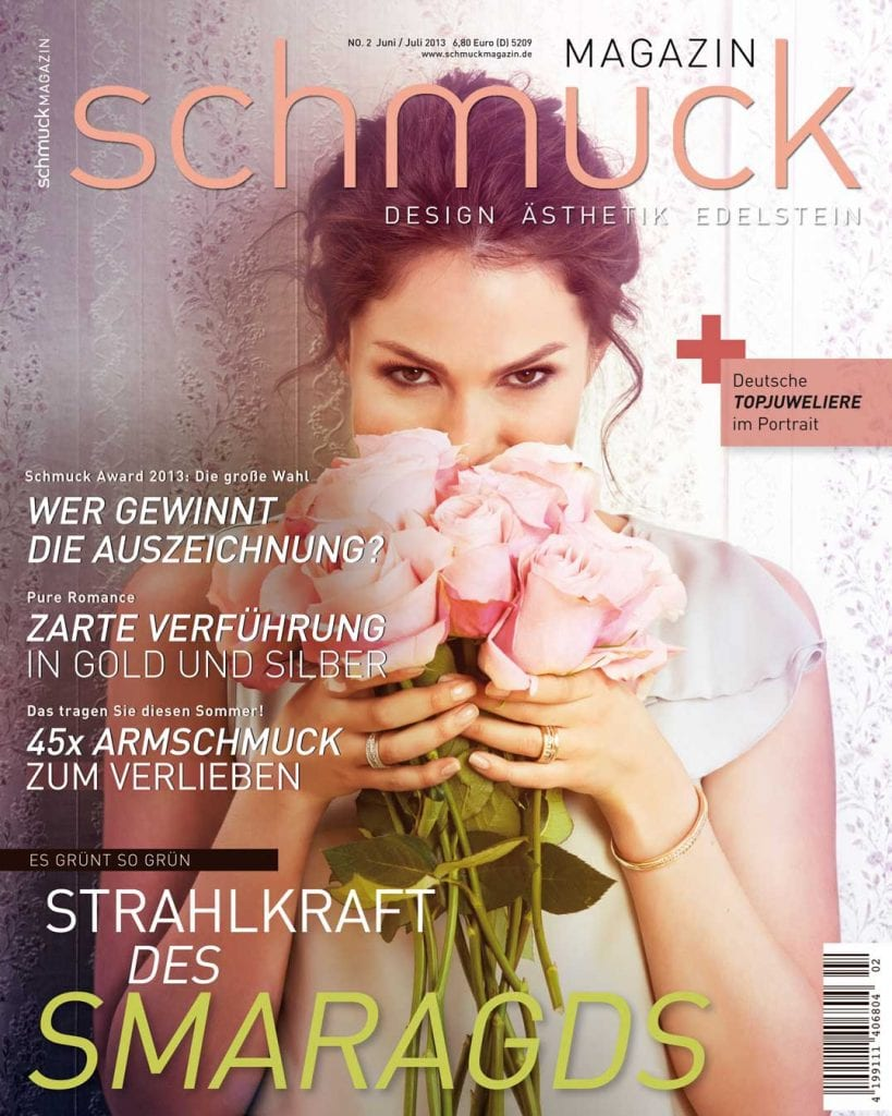 Digitale Bildbearbeitung Coverbild Frau mit Blumen in der Hannd und Schmuck