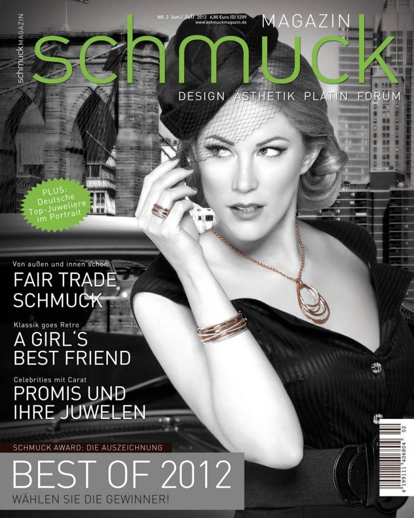 Coverbild Frau mit Schmuck Schwarz Weiß