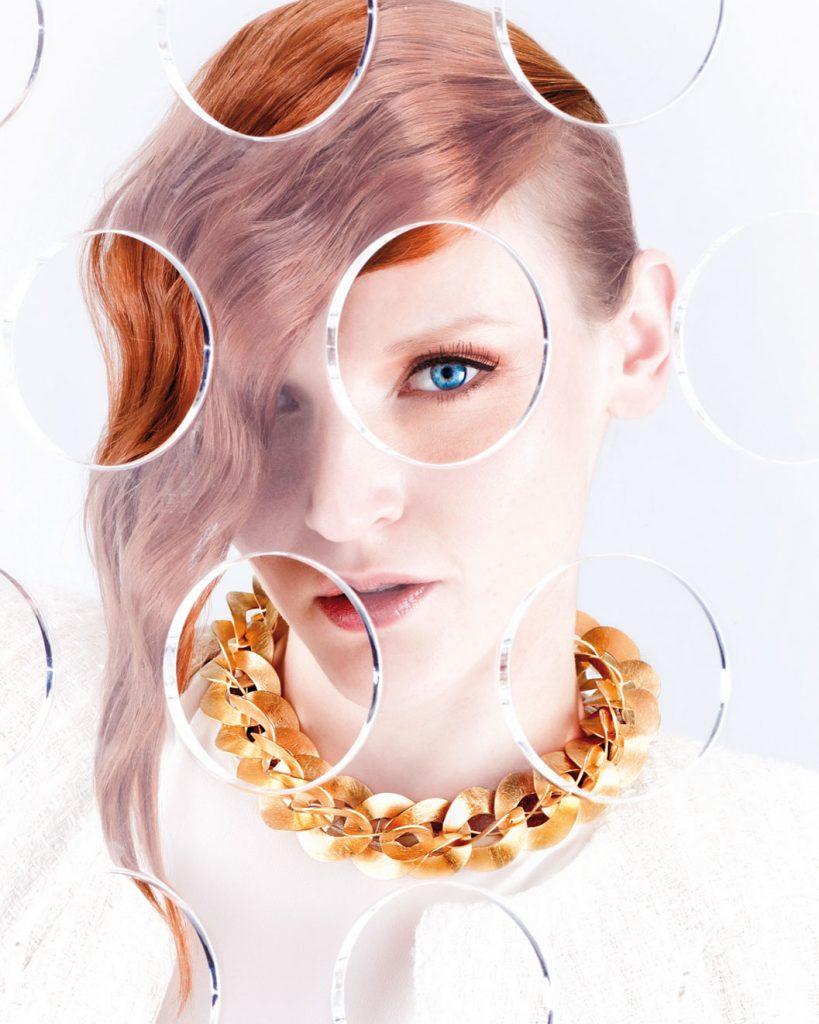 Schuckfotografie, Frau mit roten Haaren und großer Goldkette
