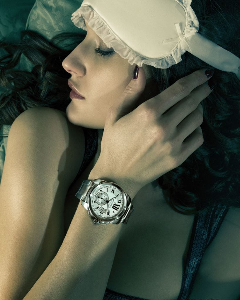 Professionelle Bildbearbeitung & Beautyretusche Uhrenshooting Frau im Bett Uhr am Handgelenk