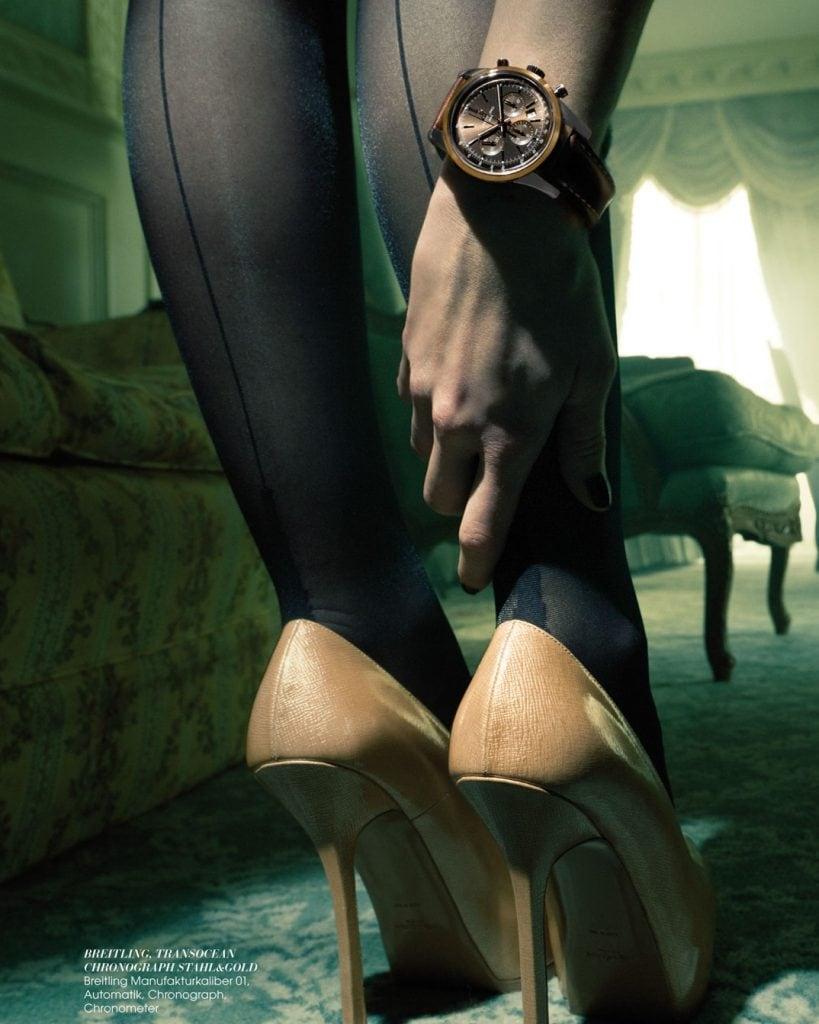 Professionelle Bildbearbeitung & Beautyretusche Uhrenshooting Beine von hinten mit Uhr am Handgelenk