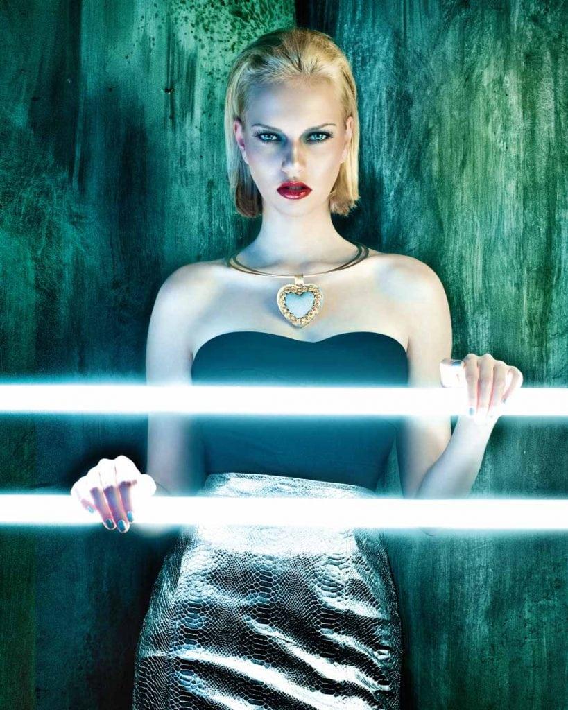 Professionelle Bildbearbeitung & Beautyretusche Schmuckshooting Frau mit Kette mit Neonlicht Nachher